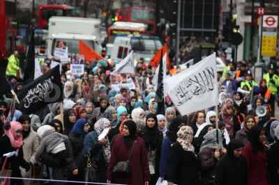 1296953889-hizb-ut-tahrir-protest-through-edgware-road-to-egyptian-embassy_580899